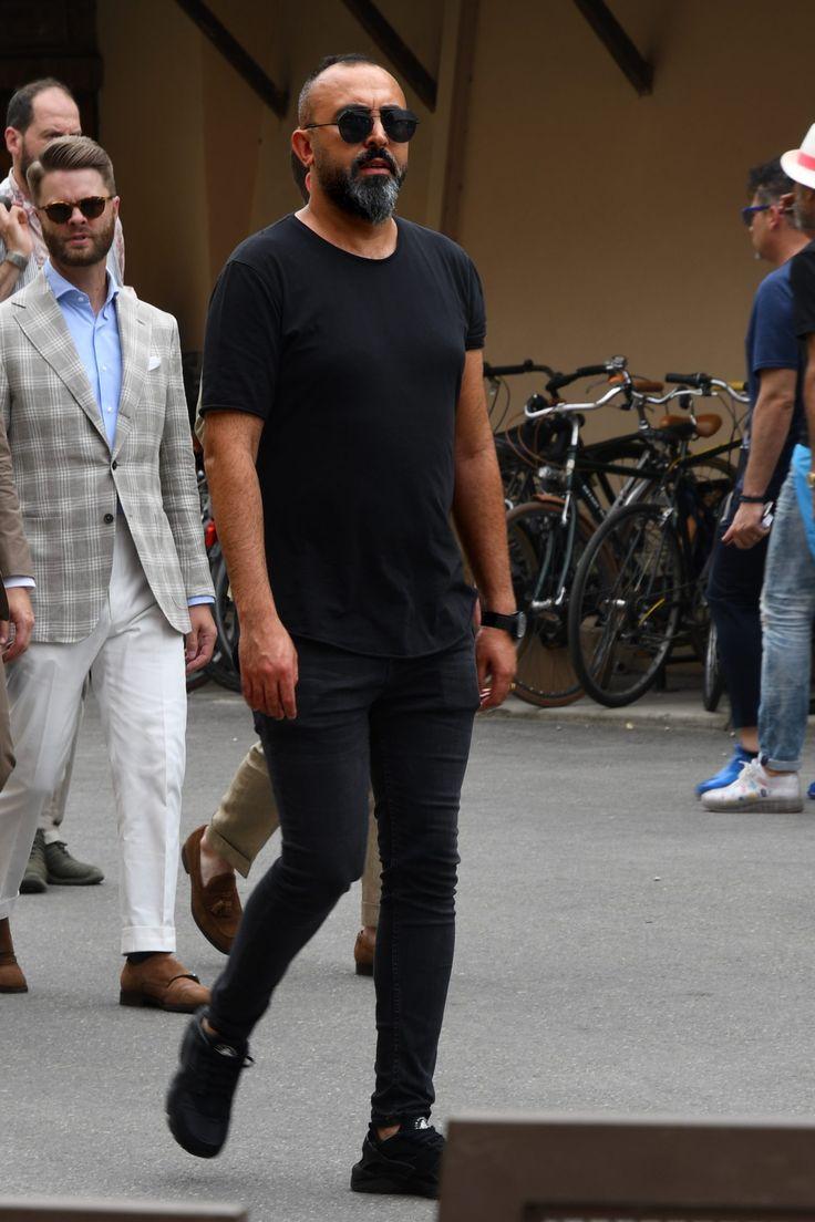 黒を主体にしたコーディネートにおいては、サイジングや素材感そしてディテールなど実はこだわるべきポイントは多い。今回は「黒を主体にしたコーディネート」にフォーカスして、注目の着こなしとアイテムを紹介! 黒コーデ「黒Tシャツ×スラックス」 黒Tシャツに黒スラックスを合わせて品のある雰囲気を演出したモノトーンコーデ。スラックスに洗い加工を施すことでブラックコーデにニュアンスを加えている。パンツ丈はノークッションで綺麗なシルエットを演出するアンクル丈が昨今の気分だ。 ENTRE AMIS(アントレアミ) GAGA 詳細・購入はこちら 黒コーデ「Tシャツ×ハーフパンツ」 ブラックアイテムでシックにまとめながらも、ハーフパンツをチョイスすることで軽快な雰囲気を演出した着こなし。主張の少ないブラックコーデならミラーグラスのカラーリングの自由度は無限大だ。 FRED PERRYショートパンツ「Track Shorts」 詳細・購入はこちら NIKE ナイキ「エア ウーブン」 詳細・購入はこちら 黒コーデ「Tシャツ×スラックス」…