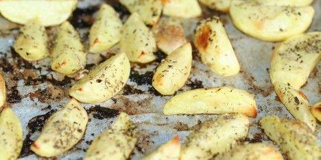 Lav græske kartofler ved hjælp af denne opskrift. Det er meget simpelt. Man drysser med oregano og salt.