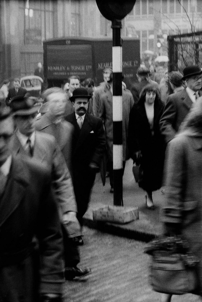 1958. Arrivée des employés de la City le matin à la station Blackfriars. Londres (Angleterre) © Jean Mounicq / Roger-Viollet