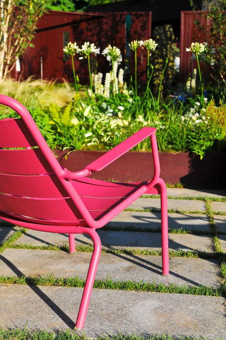 #Terrasse avec fauteuil bas #Luxembourg couleur #rose #Fuchsia #Fermob www.fermob.com / #outdoor #pink