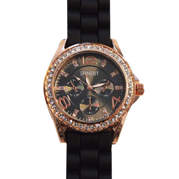 Weten hoe laat het is? Het Crystal Horloge vertelt het je in stijl! Dit mooie bronskleurige klokje aan een stevige zwarte band staat hartstikke chique en past bij heel veel verschillende outfits. Het klokje zelf heeft een ondergrond van donkergrijs waarop witte letters en goudkleurige cijfers staan. In de rand en hier en daar op het klokje zelf zitten kleine kristalletjes. De band is dik en heeft een grappige schakel.