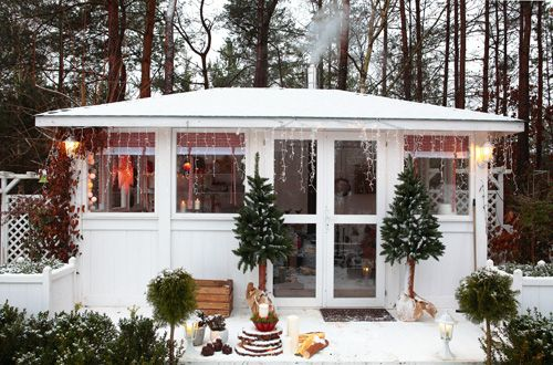 small, white office in the forest,  białe leśne biuro