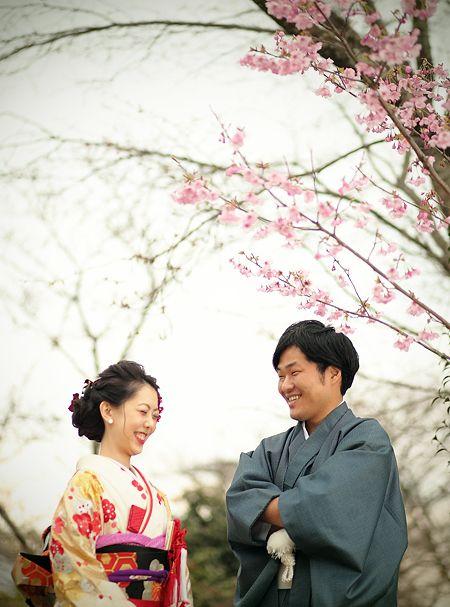 なんでしょう。意識高めのセミナーみたいなタイトルでこっぱずかしい。そういうのじゃないです。絶対ちがいます。桜の前撮りレポート。もう桜シーズン終わりましたけどね。振り返りというやつ。今年は桜に振り回された。例年と比べると遅かったんですよ。なっかなか咲いてくれない。 お客様のスケジュールもあるので「咲くまで待とう」ってわけにもいきません。例年ならとっくに咲いて(むしろ普段なら散りはじめてそうな)時期に前撮りを御依頼頂いたお二人。 いざ行ってみたわけですよ、ロケ先まで。 ううううむ、やっぱり咲いてない。普段ならこの時期後ろの木々は全て桜満開なんだよ。くやしい。桜が咲く咲かないは自然現象ですからね。咲…