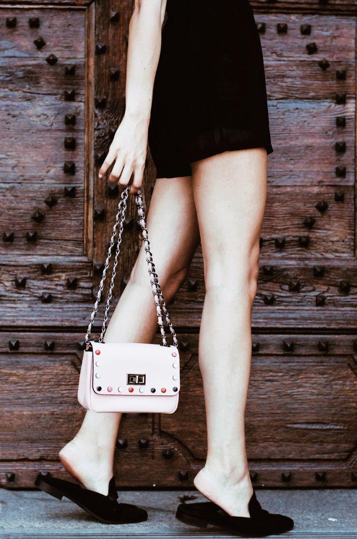 Pochette rosa con applicate pietre moscova 47 | Guida saldi estivi 2017! Ecco cosa comprare al 70% di sconto!  #sales #summersales #saldi #pochette #minibag #pink
