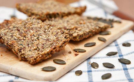 (Zentrum der Gesundheit) - Basisches Brot ist DIE Lösung für Brot-Liebhaber, die Brot am liebsten dann geniessen, wenn es nicht nur schmeckt, sondern gleichzeitig auch ein wirklich gesundes Brot ist. Herkömmliches Brot kann viele gesundheitliche Nachteile haben. Es enthält Gluten, isolierte Kohlenhydrate und dabei nicht wirklich viele Vitalstoffe. Auch gilt Brot als Säurebildner, so dass es in relevanten Mengen kaum in eine basenüberschüssige Ernährung passt. Wie wäre es daher mit einem…