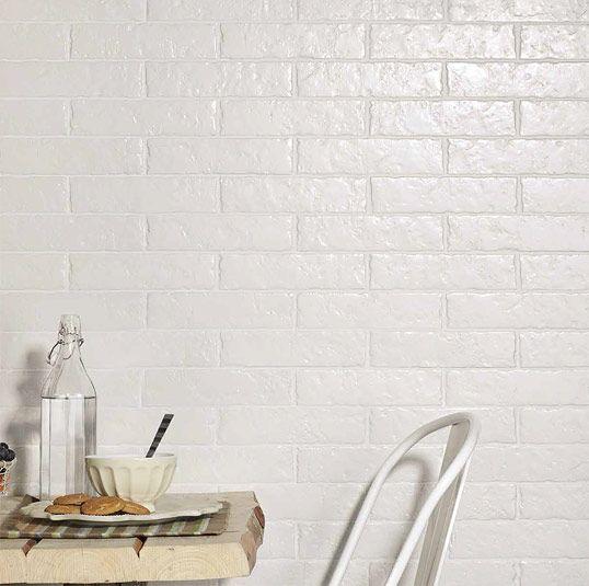 Белая плитка под кирпич, с неровной поверхностью