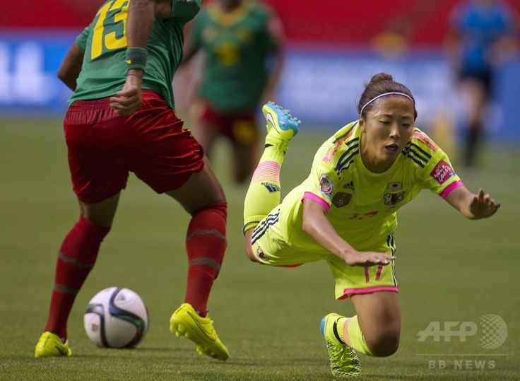 女子サッカーW杯カナダ大会・グループC、日本対カメルーン。ピッチに倒れる大儀見優季(2015年6月12日撮影)。(c)AFP/ANDY CLARK ▼13Jun2015AFP|日本がカメルーン下し決勝T進出、女子サッカーW杯 http://www.afpbb.com/articles/-/3051526 #2015_FIFA_Womens_World_Cup #Group_C_Japan_vs_Cameroon #Cathy_Bou_Ndjouh #Yuki_Ogimi #大儀見優季
