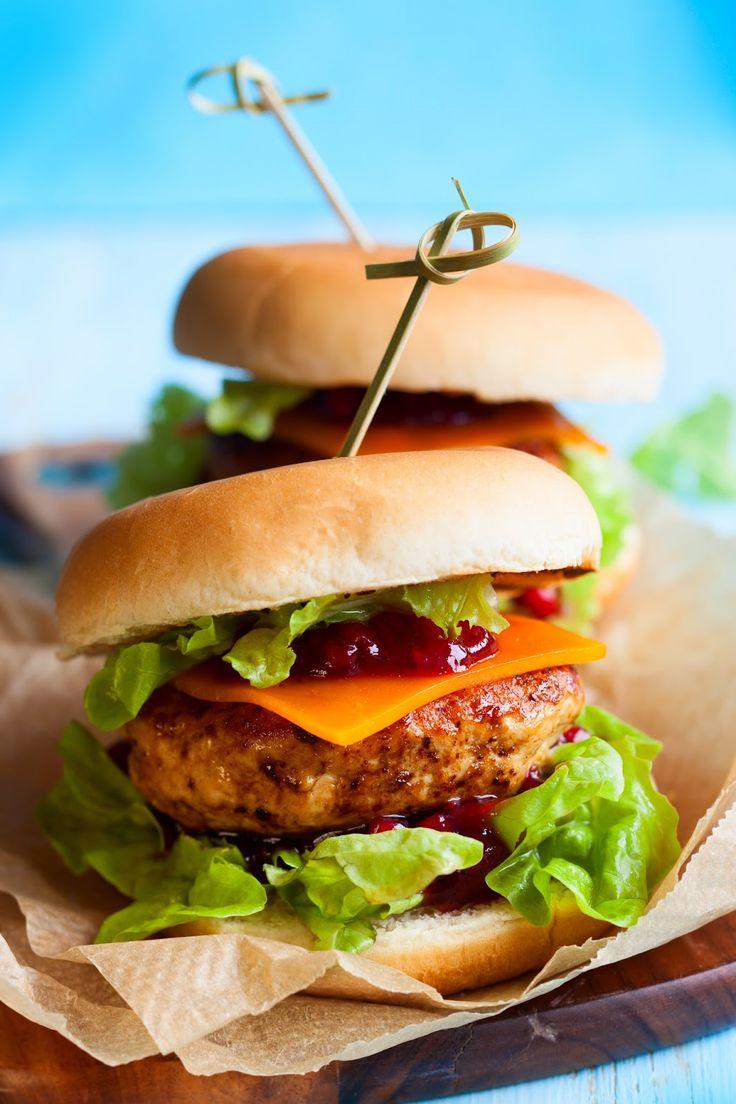Hamburger di tacchino, cheddar e salsa di mirtilli rossi. Receita no site em italiano.