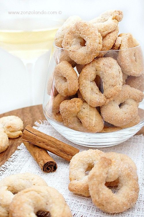 Ciambelline al vino bianco e cannella - White wine and cinnamon cookies | From Zonzolando.com