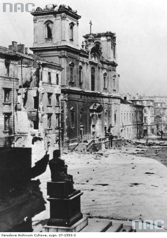 Budynki Uniwersytetu Warszawskiego i okolice podczas powstania warszawskiego. Widok z pałacu Staszica, z lewej strony kościół św. Krzyża, widoczny również pomnik Kopernika.