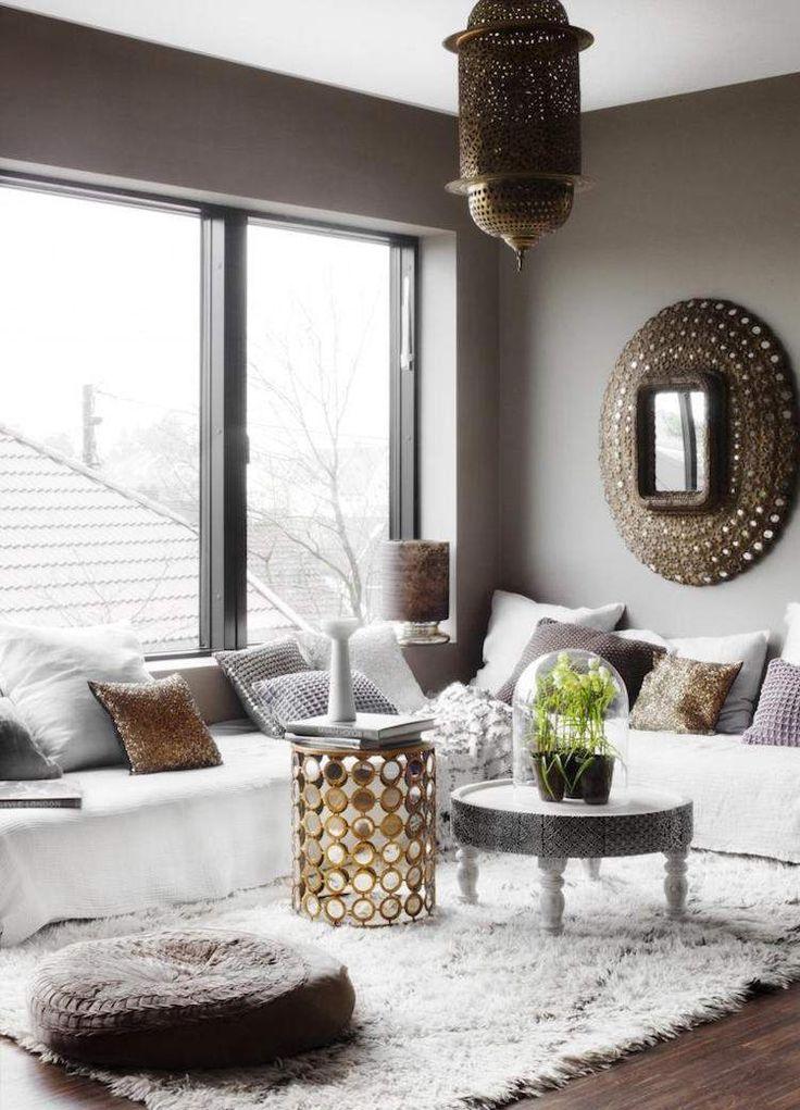 salon-marocain-moderne-déco-coussins-table-artisanale-miroir-marocain-suspension-métal-ciselé
