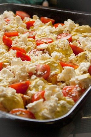 Een lekkere ovenschotel met aardappel, kip, pittige specerijen, tomaat en feta. Handig voor grote gezelschappen.
