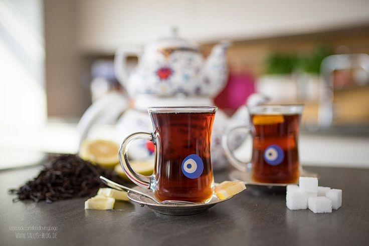 Schwarztee auf türkische Art und grundlegende Tipps und Informationen zum Tee! Schwarztee wird aus den getrockneten Blättern des Teestrauchs gewonnen. Wir verwenden gerne Ceylon Tee, der aus Sri Lanka stamm. Der Tee sollte kühl, luftdicht und trocken gelagert werden und ist so bis zu 18 Monaten haltbar. Schwarztee enthält Koffein, daher sollten Kinder keinen Schwarztee …