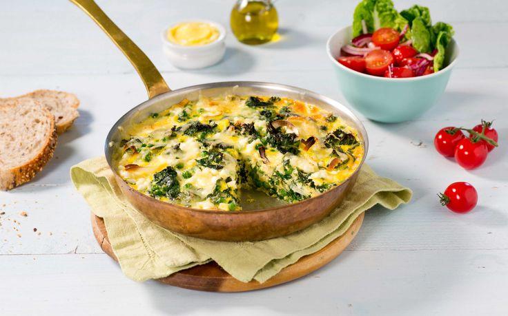 Dette er en stor omelett som også kalles eggepanne eller frittata. En smakfull og god omelett fylt med grønnkål, spinat og cottage cheese som er vel så god til lunsj som til middag.