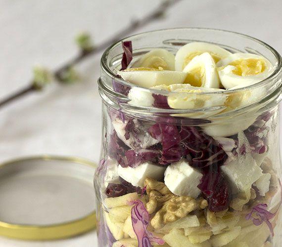 Salad in a jar. Ik ging voor paars en verwerkte rode kool, radicchio, rode biet, rode ui en gedroogde veenbessen in deze paarse salade in een pot.