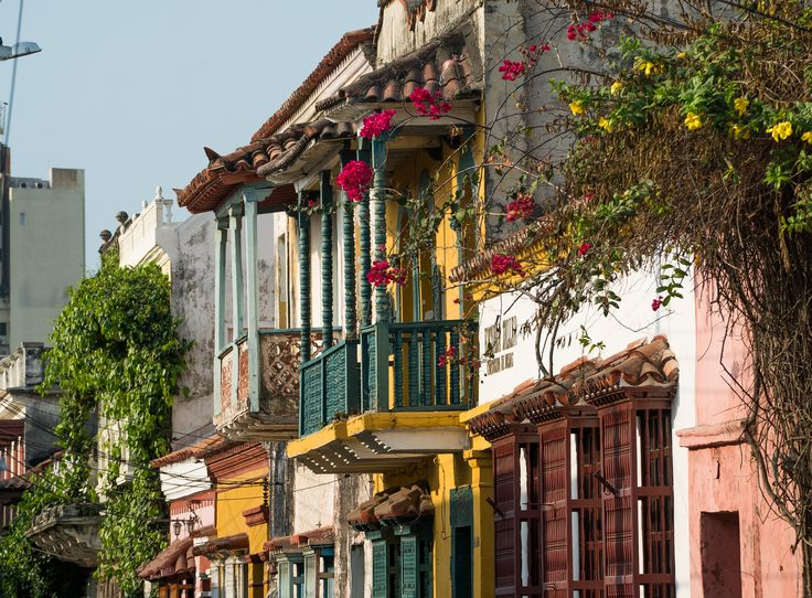 Las casas de los barrios exteriores conservan también su colorido y decoración. Sin ser tan glamurosas como las del barrio histórico son usadas como residencias habituales, como lo que fueron durante siglos.