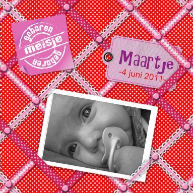 Leuke memobord geboortekaartje met roze linten, labels en memo's en ruimte voor baby foto en naam