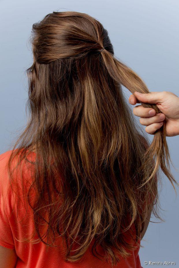 7 - Prenda as mechinhas com um elástico fino, da cor dos cabelos para que não fique aparente;