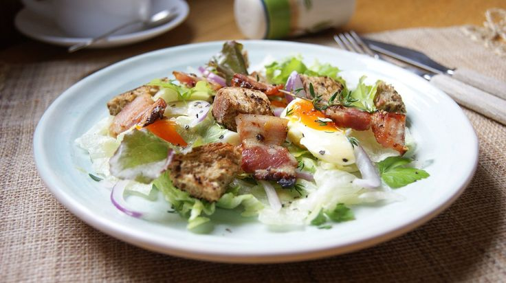 Warm salad with bacon and eggs