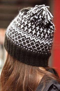 Жаккардовая вязаная шапка от дизайнера Йоко Хатта на осень 2015 года. В контраст однотонному черному цвету на околыше и макушке, основной геометрический жаккардовый узор разбавляется до белого по центру шапки.