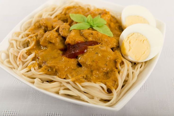 Curry Mee: tipico piatto della #Malesia, preparato con pollo al curry, latte di cocco, noodle, salsa sambal e uovo sodo. #ricettedalmondo #cucinaetnica