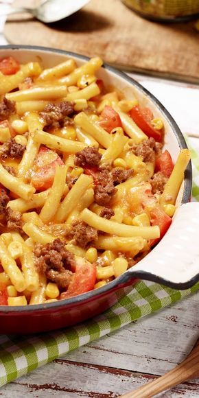Herzhafter Maccaroni-Auflauf mit Hackfleisch, Tomaten und Mais. Lecker mit Käse überbacken!