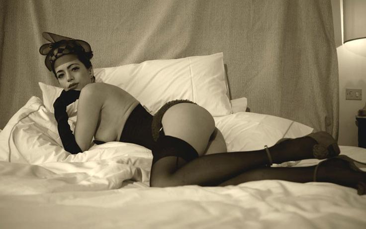 Lisa Della Via ritratta dal fotografo Simon Miller in tutto il suo splendore. Immagine da lisadallavia.it- Il fascino indiscreto del corsetto