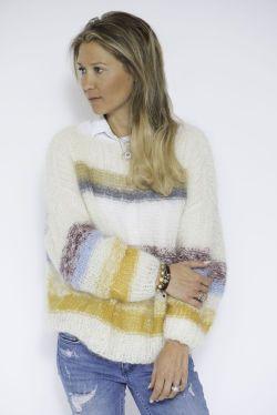 FRESH: Line Langmo forteller til MinMote at det er veldig enkelt å strikke genseren, selv om man er nybegynner. Foto: linelangmo.no