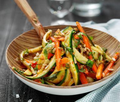 Recept: Apelsin- och basilikamarinerad morots- och zucchinipasta