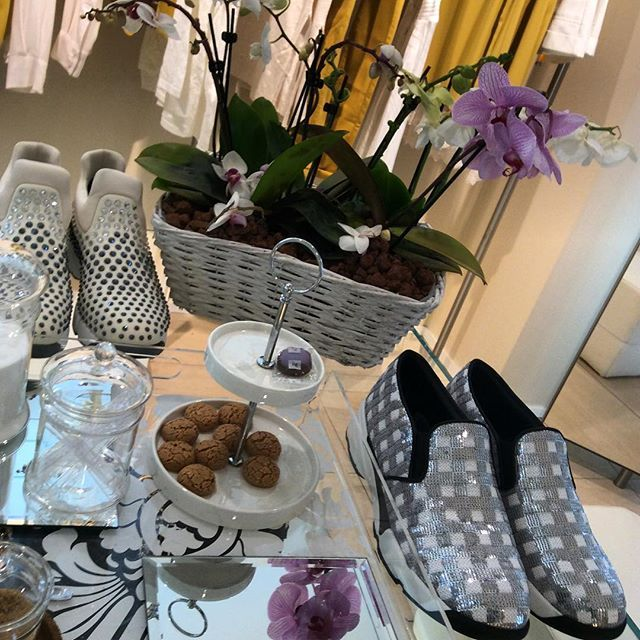 Good morning  #PINKO #pinkoshinebabyshine #flowers #spring #fashion #shoes #musthave #sneakers #fashionblogger #fashionblog #iloveshoes #iloveshoppingonline #iloveshopping #shoppingitaly #shopping #shoppingonline @pinkoofficial @pinkobg