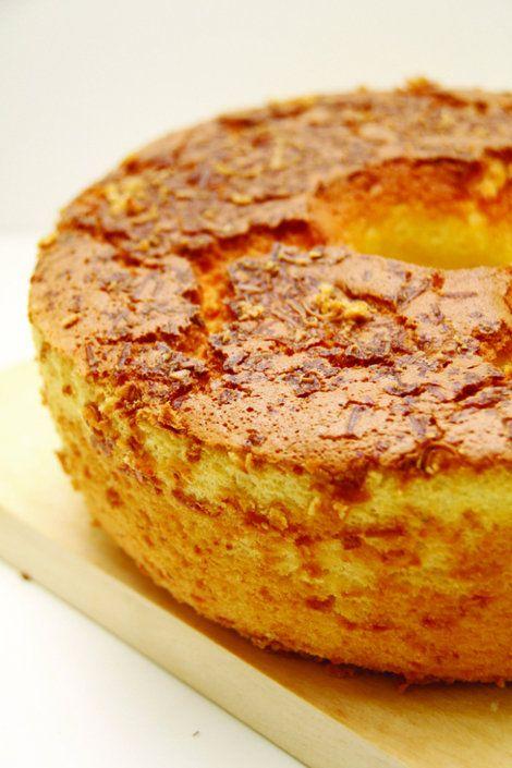 Bolo de milho light - Yahoo! Mulher. 1 lata de milho verde, 1 xícara de açúcar, 2 xícaras de leite desnatado, 4 colheres de farinha de trigo, 80 g de queijo minas ralado, 4 ovos, 2 colheres de margarina light, 1 colher de fermento em pó, Canela em pó, para decorar. Bata os ingredientes no liquidificador. Despeje a mistura em uma assadeira média untada e leve ao forno á 180 °C, até dourar. Deixe esfriar. Polvilhe canela a gosto e sirva.
