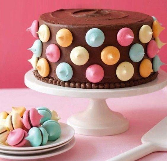 Una bellissima torta al cioccolato decorata in modo colorato e divertente.