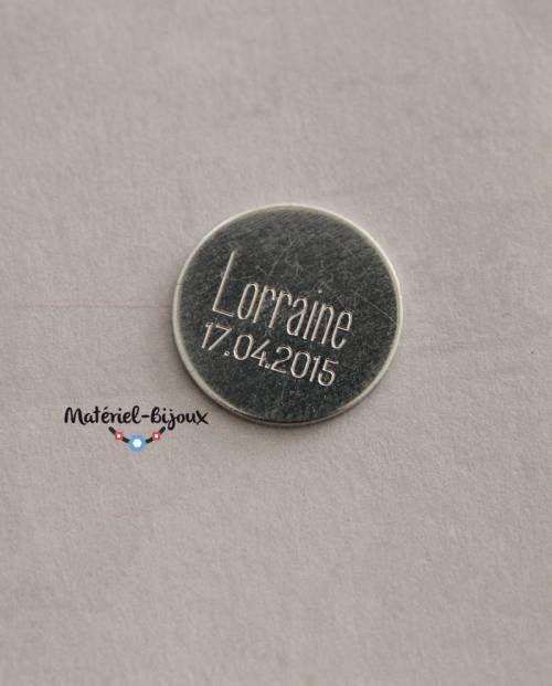 une médaille gravée et personnalisée à ajouter à vos bijoux fantaisie. choix du message