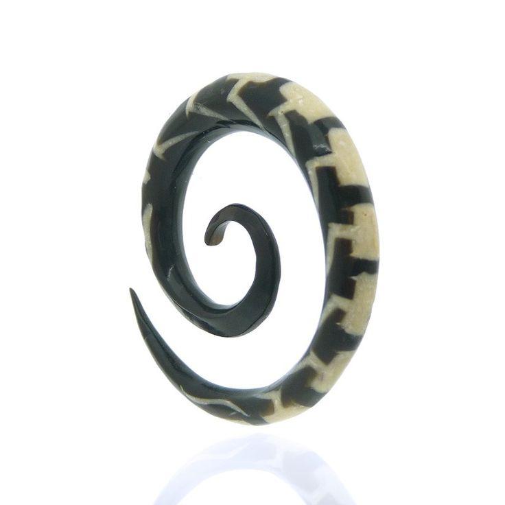 ecarteur spirale noire en corne de buffle pour le lobe de l'oreille avec os incrusté.