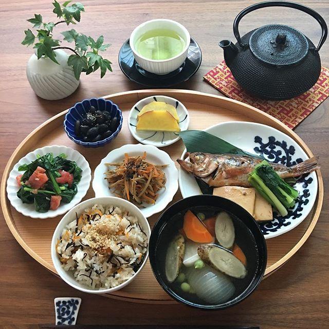 2017.5.22(月) 今朝は茹で豚のゆで汁を使い根菜を入れ スープにしました。 めばるの煮付けと一緒に。 . 今日も暑くなりそうです。 今週も頑張りましょう♫ . ⁂ ひじきごはん ⁂ 根菜のスープ ⁂ めばるの煮付け 豆腐と小松菜添え ⁂ きんぴら牛蒡 ⁂ ほうれん草とトマトのオリーブオイル炒め ⁂ 黒豆 ⁂ さつま芋のレモン煮 . . #おうちごはん #お家ご飯 #あさごはん #朝ごはん #朝時間 #朝ごはん日記 #朝ごはんの記録 #ワンプレごはん #ワンプレート朝ごはん #家庭料理#献立#つくりおきおかず #食卓#食卓からhappyを #豊かな食卓 #料理写真 #料理記録 #料理日記 #クッキングラム #デリスタグラマー#めばるの煮付け #うつわ#lin_stagrammer #instafood #foodgasm #foodphoto #fooddiary #foodlover #breakfast