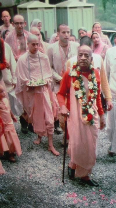 """The qualification of a guru. Once, someone asked Srila A.C. Bhaktivedanta Swami Prabhupada, """"Are you the guru of the whole world?"""" Srila Prabhupada humbly replied, """"I am not anyone's guru but I am everyone's servant."""" This is the perfection and qualification of a guru.– Radhanath Swami Read the entire article here: http://goo.gl/wsXT1E"""