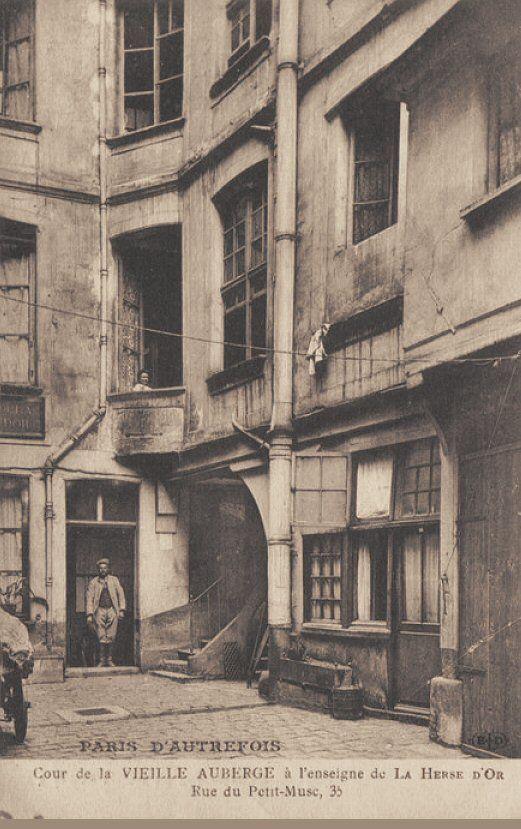 Paris 4e - 35 rue du Petit-Musc - Cour de l'Auberge de la Harpe d'Or .