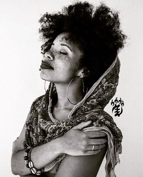 freckles, natural hair, and afro hair -kuva