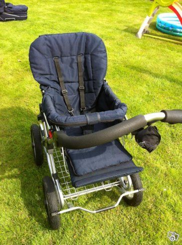 Nu säljer vi vår väl använda barnvagn Emmaljunga, modell  Classic Duo Combi  från 2008.   Den har både ligg- och sittdel som båda är varsamt använda. Den har luftdäck (bra för promenader på alla terränger!!), chassi i lätt metall (vilket gör den inte...
