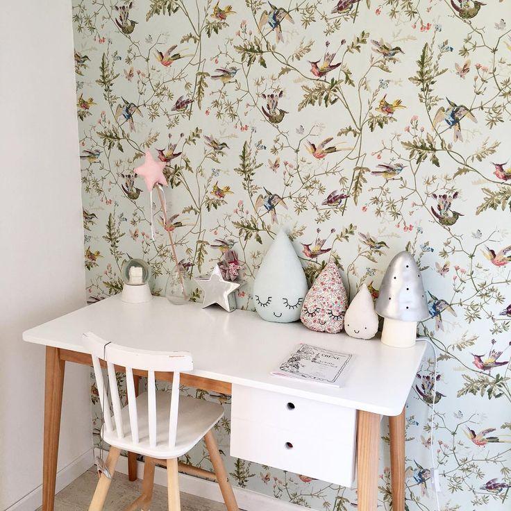 Le papier peint Hummingbirds de Cole and Son dans une chambre de petite fille. Crédit photo : 1nouveauregard / Instagram. Papier peint oiseaux en vente chez Au fil des Couleurs.