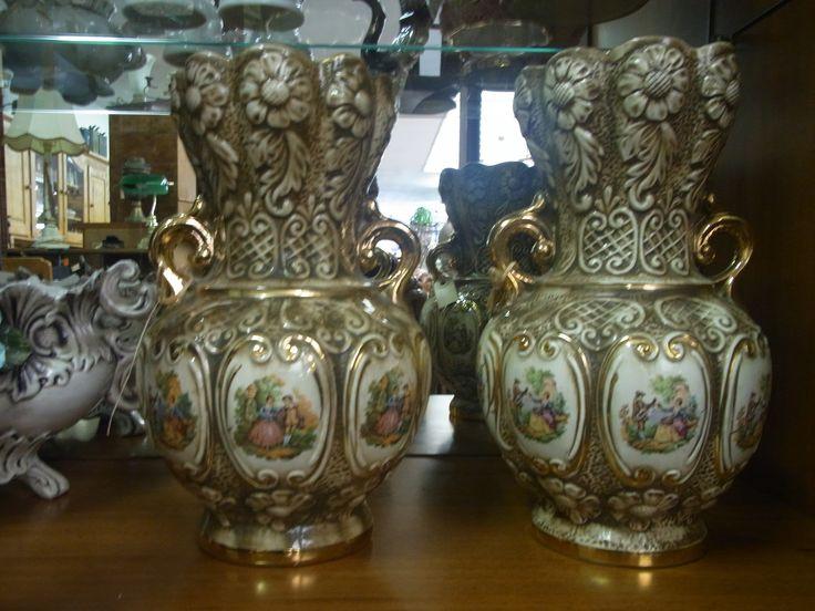 Twee barok vazen met handvaten en prachtig geschilderde voorstelling.Hoogte ongeveer 30 cm.  Drie in store, 2 bruin, 1 roze. Prijs per vaas € 37.50.