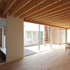 リビング、中庭: 空間建築-傳 一級建築士事務所が手掛けたリビングです。