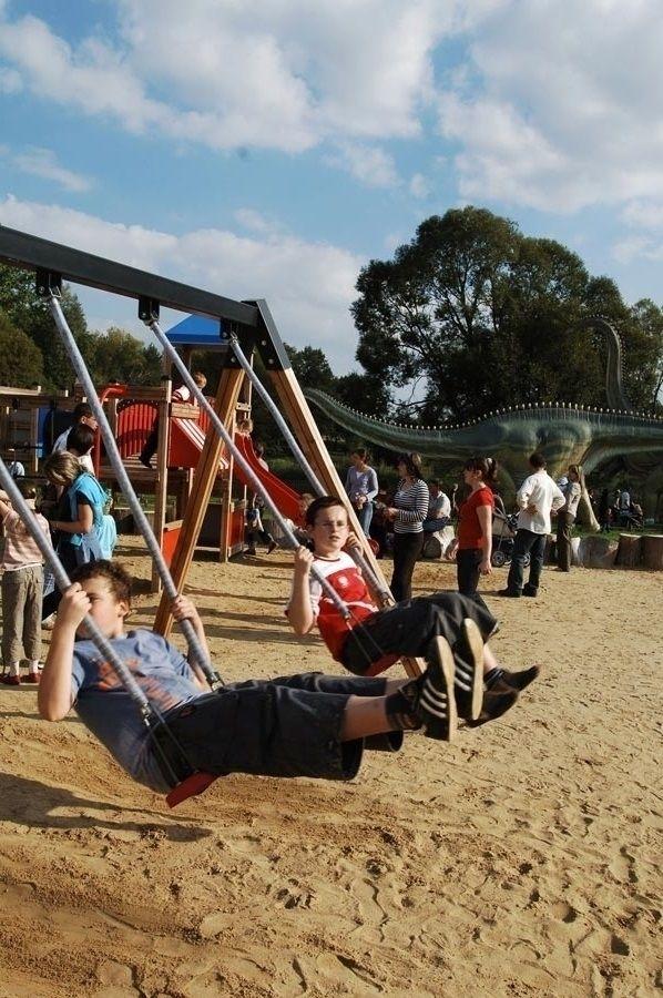Huśtawka podwójna ze zjeżdżalnią w parku rozrywki Zaurolandia