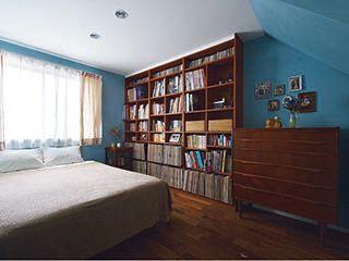 収納を壁面に集め、空間を広く使った寝室