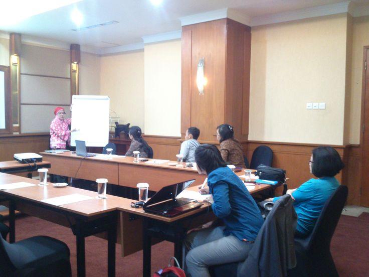Ibu Enny Koeswarni | Dosen FH Universitas Indonesia sedang memaparkan materi Hipotik kepada peserta — at Mercure Jakarta Kota Hotel.