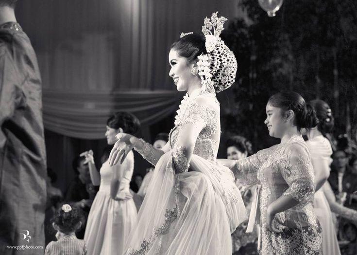 Javanese bride. Makeup by Adi Adrian. Hair do by Mamie Hardo. Kebaya by Ferry Sunarto - www.thebridedept.com #kebaya #kebayamodern #indonesia #ferrysunarto #designer #designerindonesia #pernikahan #wedding