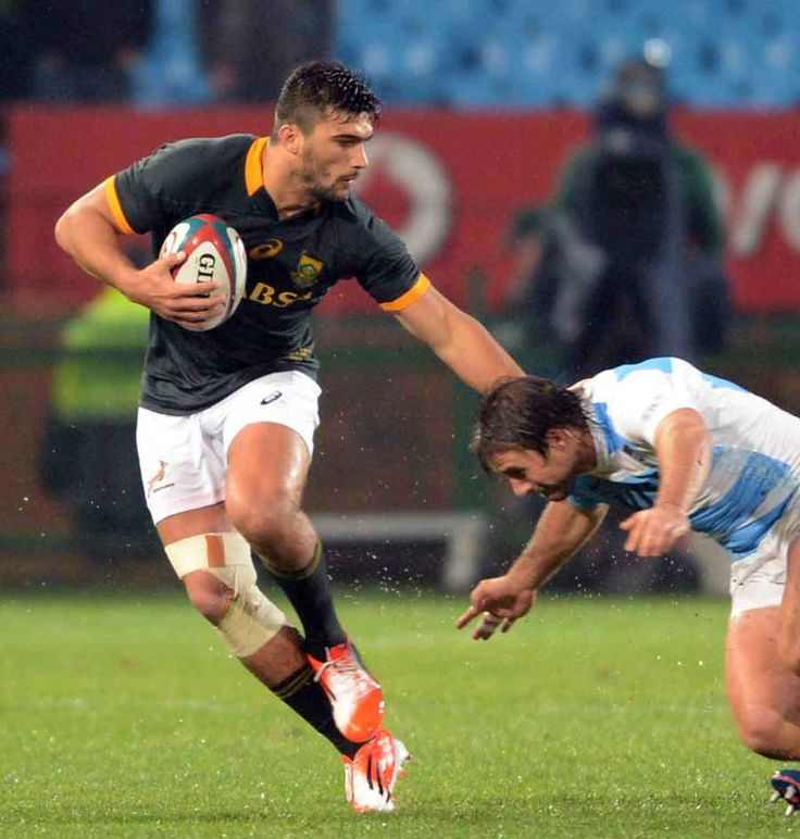 South Africa's Damian de Allande tries to get past the Pumas tackler
