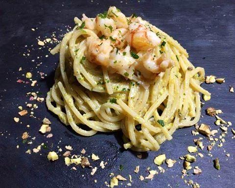 Spaghetti quadrati con gamberi e pesto di  pistacchi