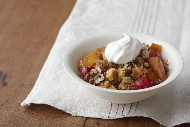 Ce dessert populaire est fait de fruits frais et d'une garniture croquante au beurre. Aussi simple que délicieux!