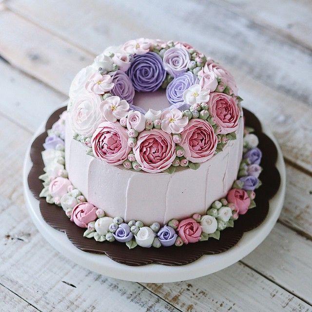 Double flower wreath buttercream cake @ivenoven